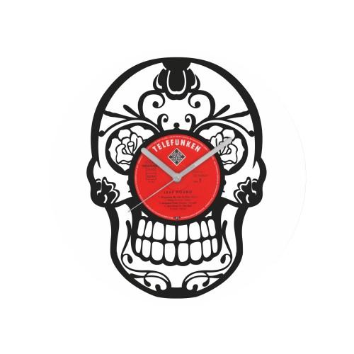 Kaukolės formos laikrodis iš perdirbtos vinilinės plokštelės